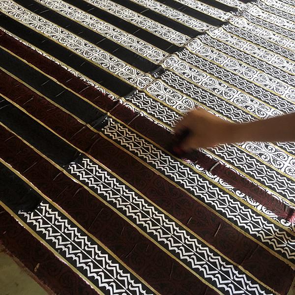 Pengrajin Batik Fractal Mewarnai Batik