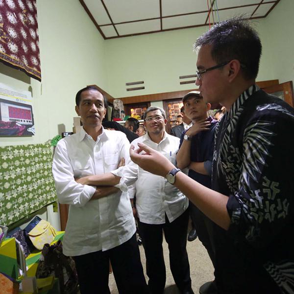 Presentasi Batik Fractal kepada Presiden Jokowi